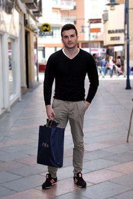 José Luis lleva un look sencillo, muy sport, que es perfecto para el día a día,  ¡y sobre todo si nuestros días son bastantes ajetreados!