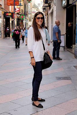 La combinación vaquero más blanco siempre es una apuesta ganadora. Esta chica da un toque de modernidad a su outfit gracias a las slippers con tachuelas y las gafas con detalles dorados.